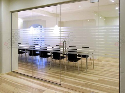 10种办公室玻璃隔断风格效果图展示
