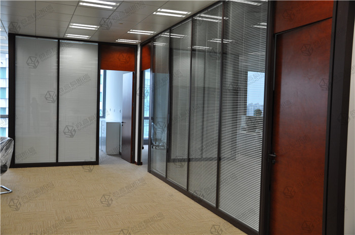 其中有订购双层玻璃隔断的,也有单层玻璃隔断的.