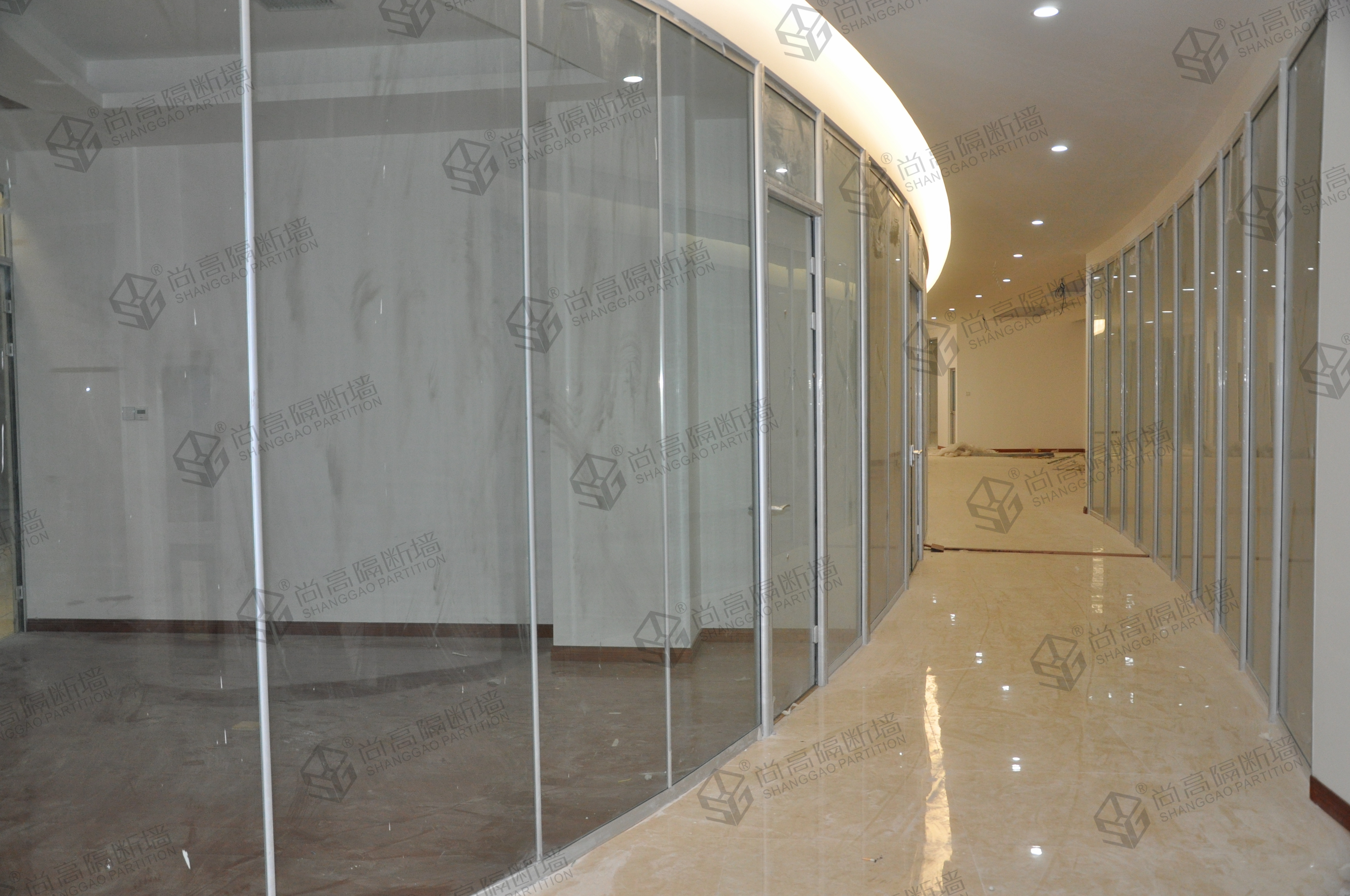 办公室钢化玻璃隔断墙的特点是自身具有抗风压性,寒暑性,冲击性等。办公室玻璃隔断装修通常采用钢化玻璃,尚高隔断墙专家认为它其实是一种预应力玻璃,为提高玻璃的强度,通常使用化学或物理的方法,在玻璃表面形成压应力,玻璃承受外力时首先抵消表层应力,从而提高了承载能力。