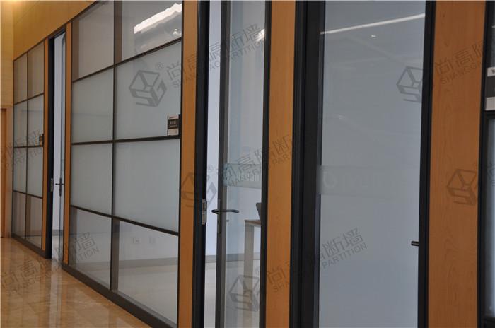 最大的运气是碰到尚高隔断墙,专业定制款式新颖、美观大气的办公室玻璃隔断墙,可以带您走向更高的平台。您能够来到尚高,那就是我们缘份,帮助您了解更多的行业信息。办公室玻璃隔断墙又称高隔断,高隔墙,办公室玻璃高隔断,因其使用主材料为铝合金,钢化玻璃,故有称铝合金百叶隔断,办公室钢化玻璃隔断。