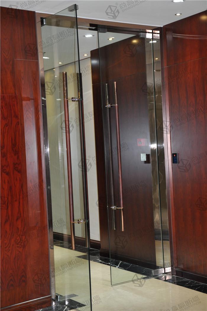 瞧,办公室玻璃隔断时尚高隔间无框玻璃门,尚高隔断墙有不锈钢玻璃门、钢化玻璃门,百叶玻璃门、玻璃推拉门、有框无框玻璃门、感应玻璃门等。现在,我们一块来看看这款办公室玻璃隔断时尚高隔间的无框玻璃门。  办公室玻璃隔断无框玻璃门