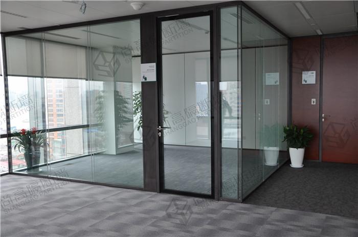 玻璃隔断款式:80款、100款等玻璃隔断系统功能特点:  上海玻璃隔断 1、高质量的铝合金型材,钢化玻璃,组合弹性强,可重复使用,降低重置成本