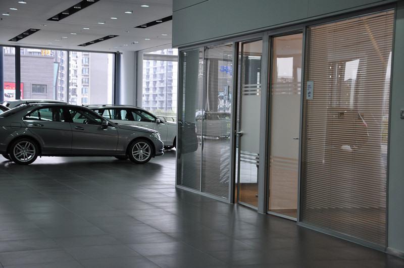 浙江奔驰4s店汽车展厅成品玻璃隔断工程,尚高隔断墙这款高档成品