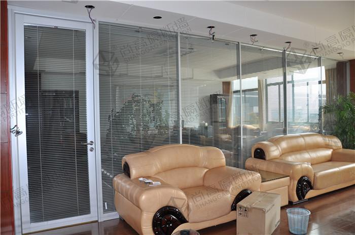 越来越多的办公室玻璃隔断被5a写字楼隔断装修广泛