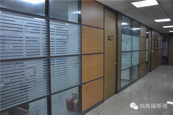 成品玻璃隔断采用铝合金边框,木饰面板隔断则配置了优质节能环保的木