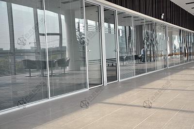 移动玻璃隔断为办公室装修注入创意