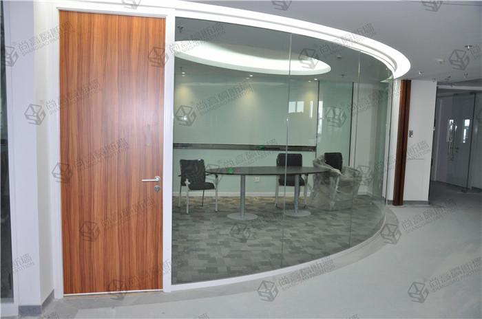 经常碰到客户问这样的问题:可以给我一份办公室玻璃隔断的报价吗? 而尚高小编很无奈的告诉大家:不可以。因为玻璃隔断墙是不能直接报价的。如果您要详细的办公室玻璃隔断墙价格的话,或者想要咨询办公室玻璃隔断墙多少钱一平方。可以联系:尚高客服