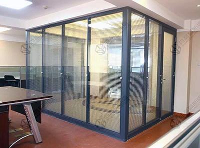 现代简约风格的玻璃隔断装修