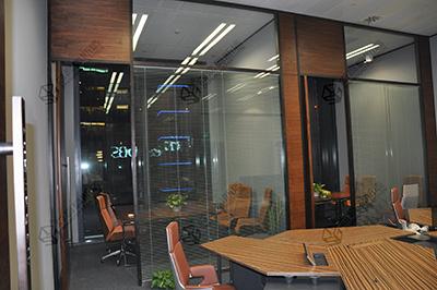 玻璃隔断提供良好的办公环境