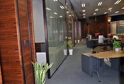 办公室玻璃隔断墙的办公文化