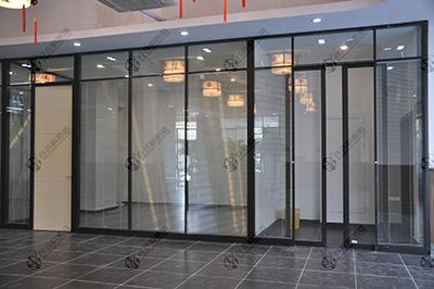 用艺术镶嵌玻璃隔墙的装饰效果