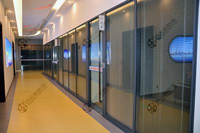 兼顾时尚与安全的半高玻璃隔断效果图