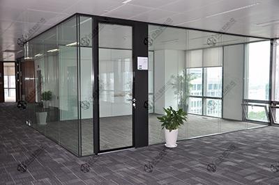 办公室钢化玻璃隔断平整度的调节