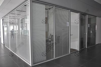 超白玻璃在办公室玻璃隔断运用中的优势