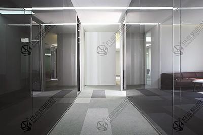 全景玻璃隔断是隐秘性办公室的最佳搭档