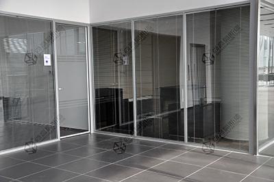 精致办公室装修更需要好的玻璃隔断